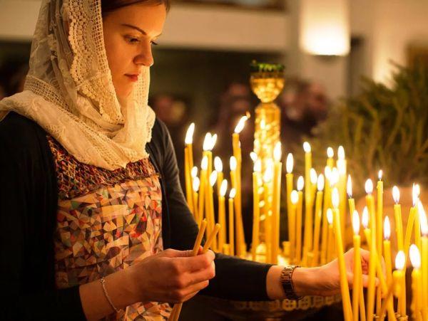 Православная девушка в храмеЖенщина молится в церквиЛюди молятся в церкви