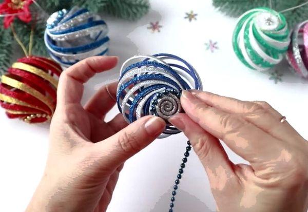 Украшение новогодних шаров бусинами