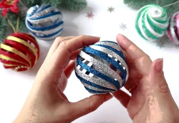 Игрушка шар на елку из фоамирана