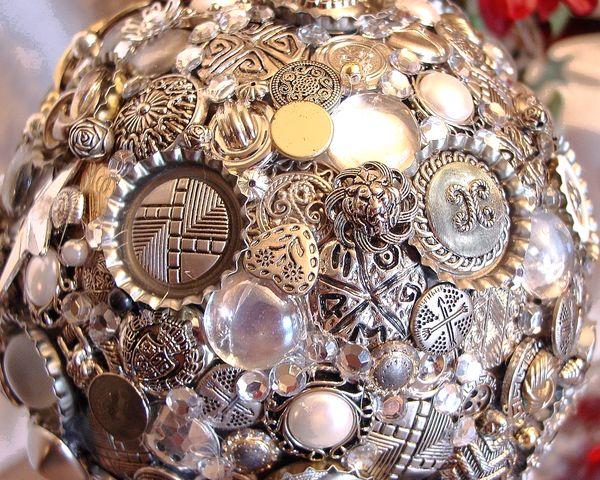 Шар на елку из металлизированных пуговиц