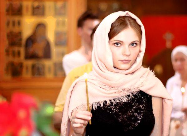 Девушка в платке в церкви