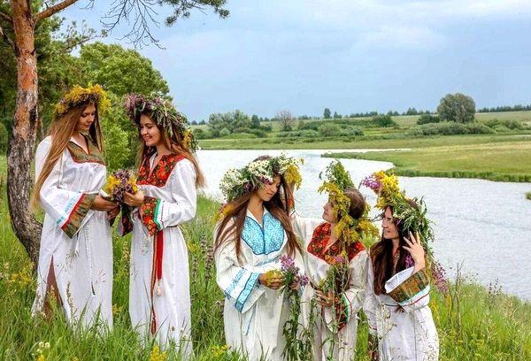 Праздник Ивана Купалы девушки на речке