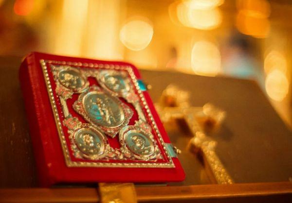 Крест Евангелия на аналое