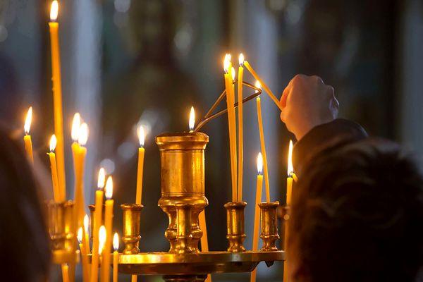 Зажженные свечи в церкви