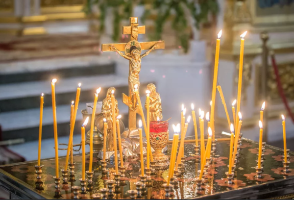 Горящие свечи в церкви на троицу