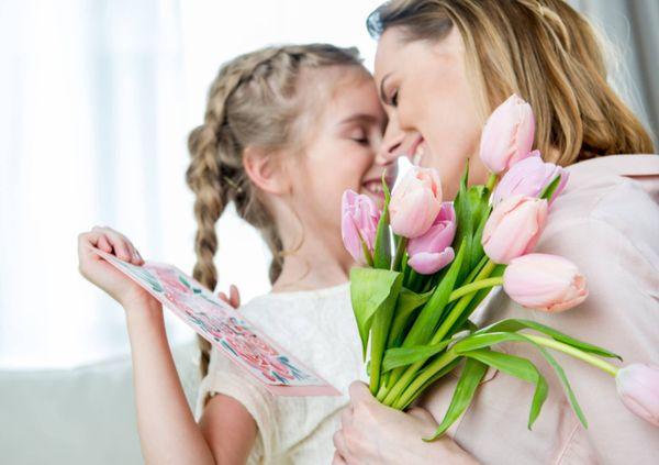 Девочка с мамой