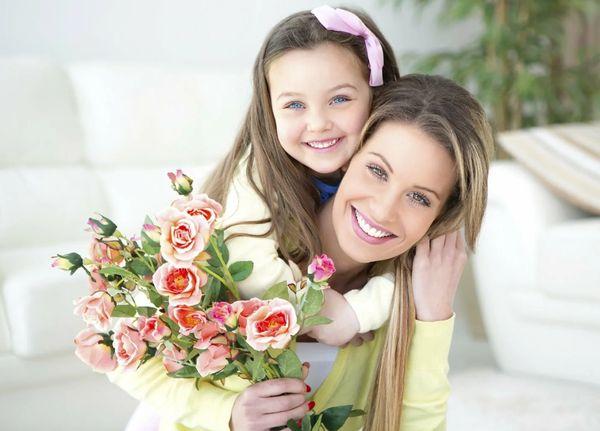 Мама с цветами и дочкой