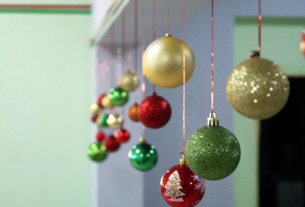 Новогодние игрушки на стене